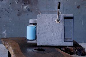 Beton kávéfőző dióasztallal